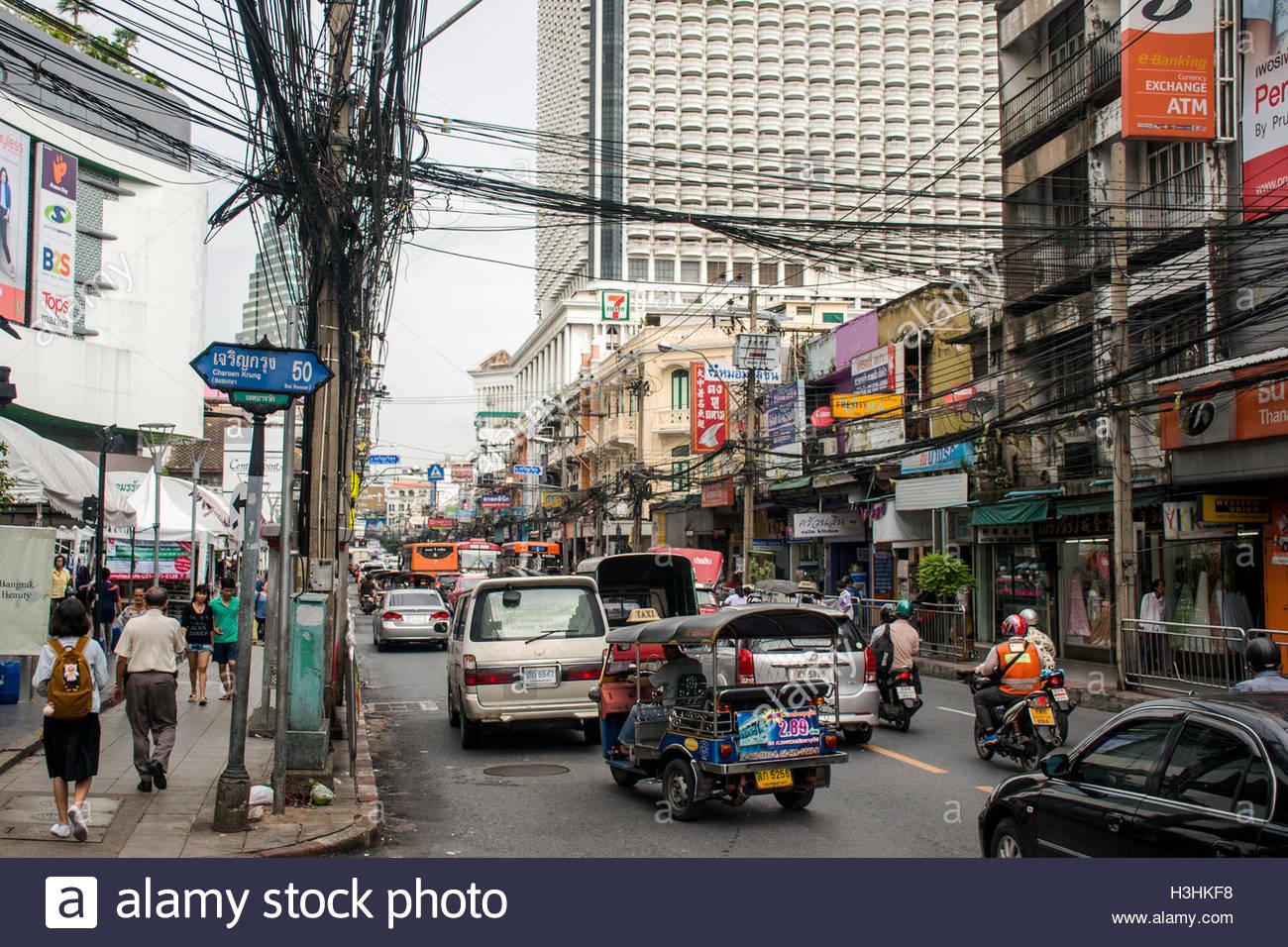 streets-of-bangkok-thailand-rush-hour-daily-business-H3HKF8
